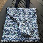 Tote Bag con una tela chulisima con un tratamiento para el agua y el sol así no te tendrás que preocupar por ella cuando te la lleves a tus aventuras y... Disfruta de la vida! #telasbonitas #tejidosnaturales #tejidosvegan #diseñopropio #diseñoexclusivo #costuracreativa👓✏✂️✂️✔ #nuevosproyectos2021 #costuraterapia♥ #productolocal #handmadebag #tabarnavarra #hechoamano #artesanía #artesanal #apoyaalpequeñocomercio #lumbier #ilumberri #dekorain